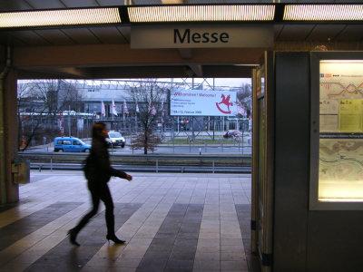 駅から見る会場