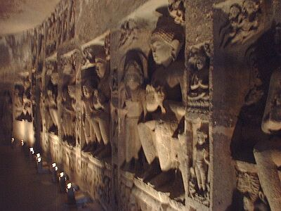 アジャンタ石窟・居並ぶ仏像
